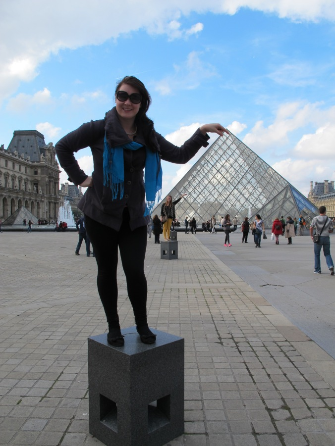 Kate at the Louvre - please note the people behind her posing for the exact same photo!